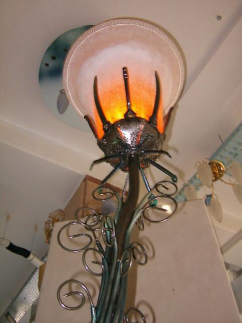 Orangener Kelch Leuchtenskulptur